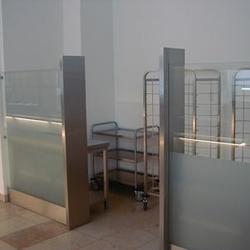 Rückgabebereich durch Glas / Edelstahl abgetrennt